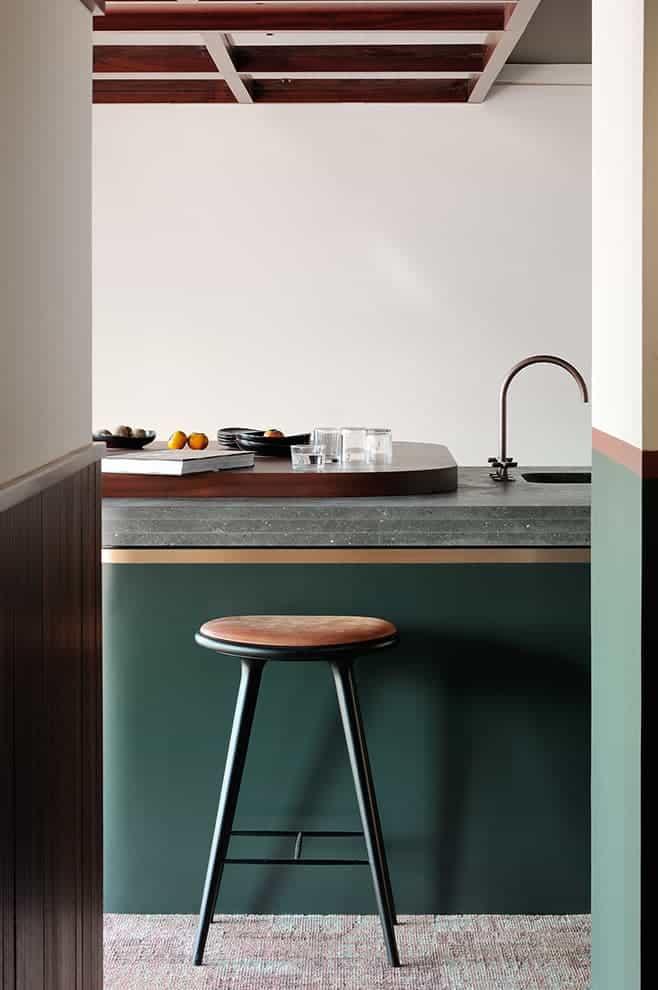 Le plan-bar se dote d'un accès direct à l'arrière cuisine. Tabouret (Mater)