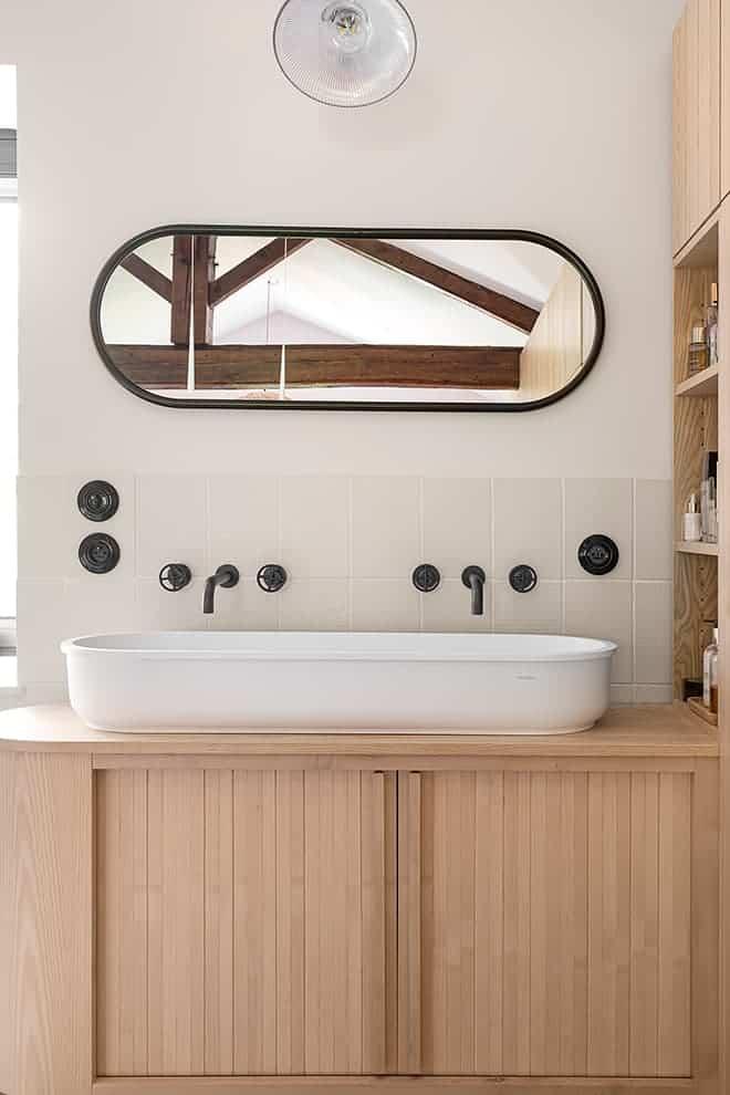 Meuble vasque dessiné par Régis Lannoy. Miroir Anguy de chez Lili's. Applique Selency. Crédence 41zero42. Vasque Hidrobox. Robinetterie Fantini