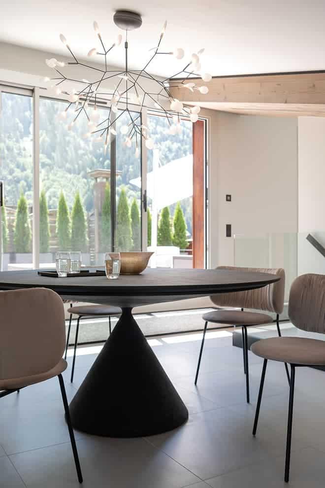 Au dernier étage, la salle à manger est prolongée par le rooftop et la vue à 360°