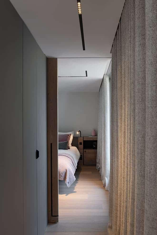Au niveau du salon, la master suite de 24 m2, accueillant une chambre, un dressing et une salle de bains autonomes. Rail trimless (Antidote). Textiles (Arpin et Pierre Frey)