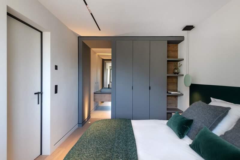 Chambre en suite au rez-de-chaussée. Agencement dessiné sur-mesure par By. Suspension (Vibia)