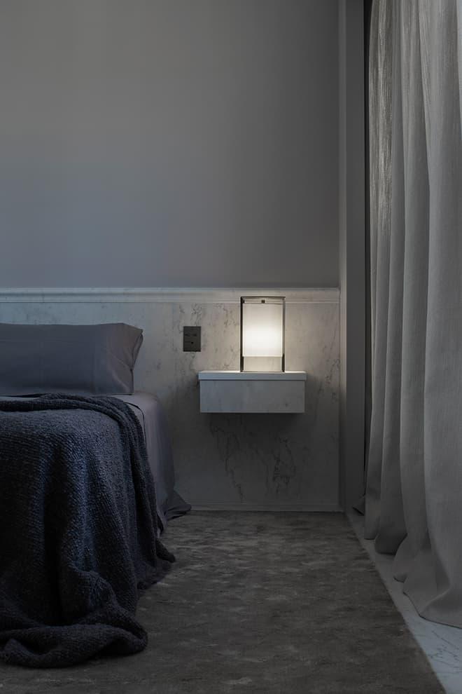 Feutrée, la chambre fait entrer le lin naturel sur le sol bordé de marbre et les rideaux