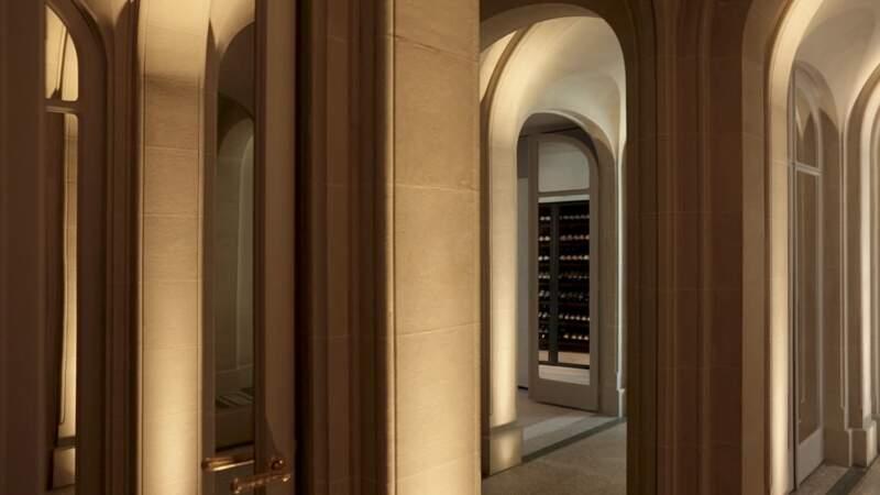L'entrée s'inspire de l'Orangerie du Château de Versailles, avec sa galerie d'arches en pierres naturelles et ses miroirs encastrés