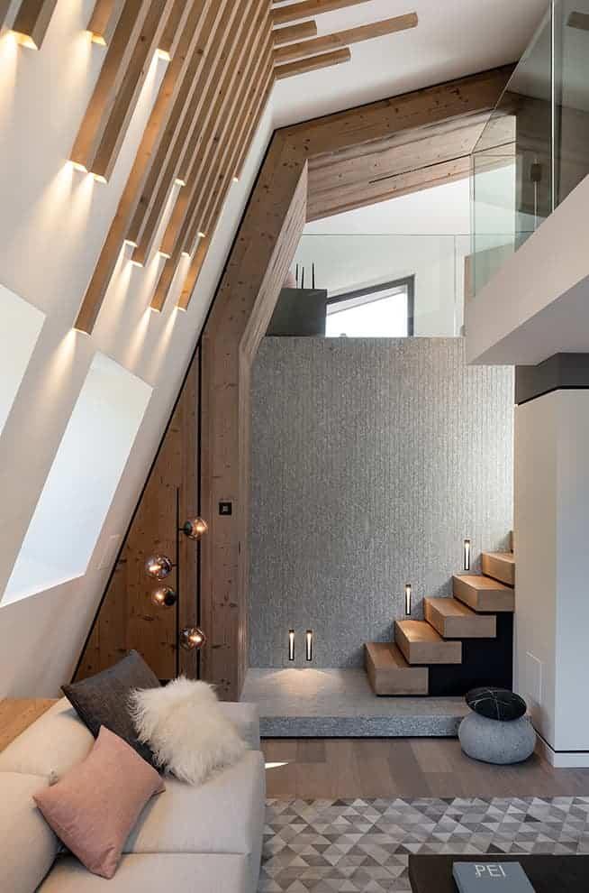 L'inclinaison naturelle est soulignée par ces luminaires-claustras, dessinés par By, et empruntés à l'architecture contemporaine