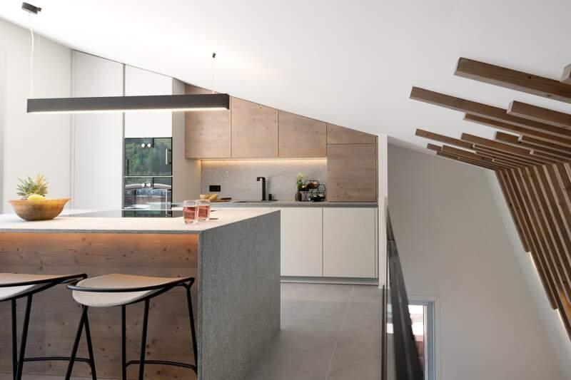 La cuisine (Eggersmann) s'intègre entre le rooftop et l'escalier. Robinetterie (RVB). Tabourets (Prostoria). Suspension (Prolicht)