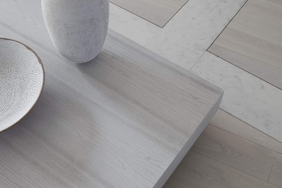 Le calepinage du sol a été dessiné et réalisé selon un plan minutieux où s'entrecroisent les lignes du marbre et le parquet en chêne brossé