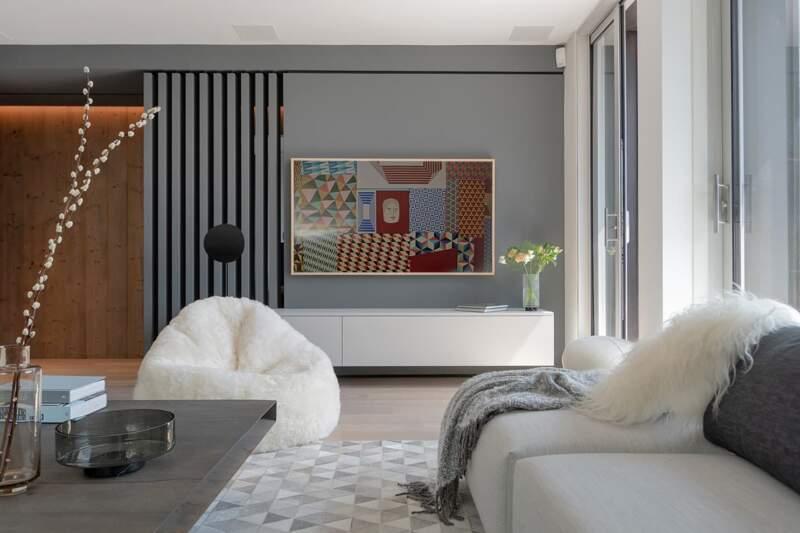Le salon est reliée à une première terrasse. Télévision (Samsung). Pouf et tapis (Studio Sabatier). Intégration Hi-Fi par By (Kef et Nad)