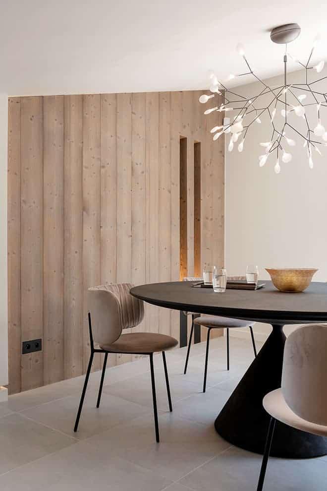 Mur en épica verni. Suspension (Moooi). Table (Desalto). Chaises (Bolia). Appareillage Trimless (Lithoss)