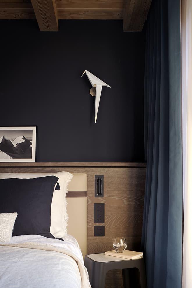 Chambre en suite. Tête de lit gainée cuir. Liseuse (Marset). Applique (Moooi)