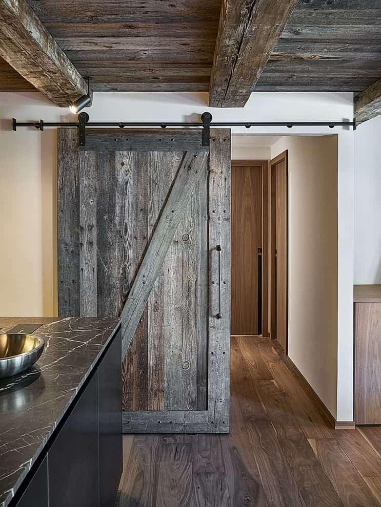 Élément fort du projet, cette porte coulissante en bois récupéré