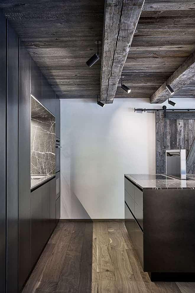La cuisine AK Project (Arrital) s'habille de laque oxydée et de marbre Marquina. Éclairage (Renzo Serafini)