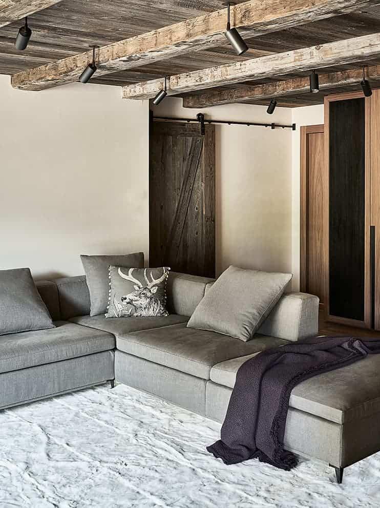 Le salon entièrement dévolu à la vue sur le mont Blanc donne l'accès aux deux chambres invités. Canapé sur-mesure. Tapis (Maleki)