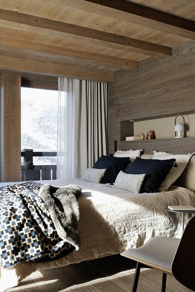 Master suite. Fauteuil (Hay). Linge de lit (AM.PM). Plaid (Hermès). Rideaux (Pierre Frey). Lampe (Marset)
