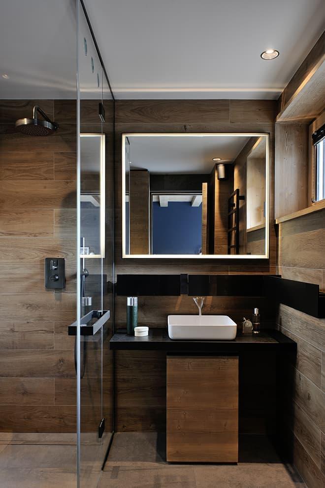 Miroir réalisé sur-mesure par la métallerie française et le miroitier Grolla. Profilé mural:robinetterie (Agape). Robinetterie douche (Gessi)