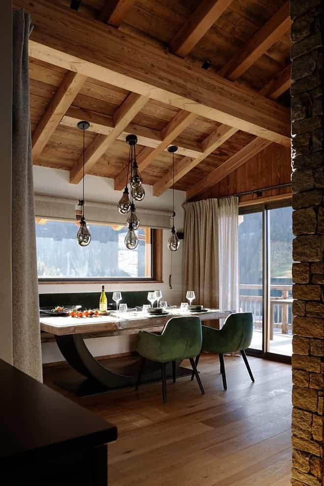 Salle à manger. Table réalisée sur-mesure en bois d'Aulne et métal (Chalets Bayrou)