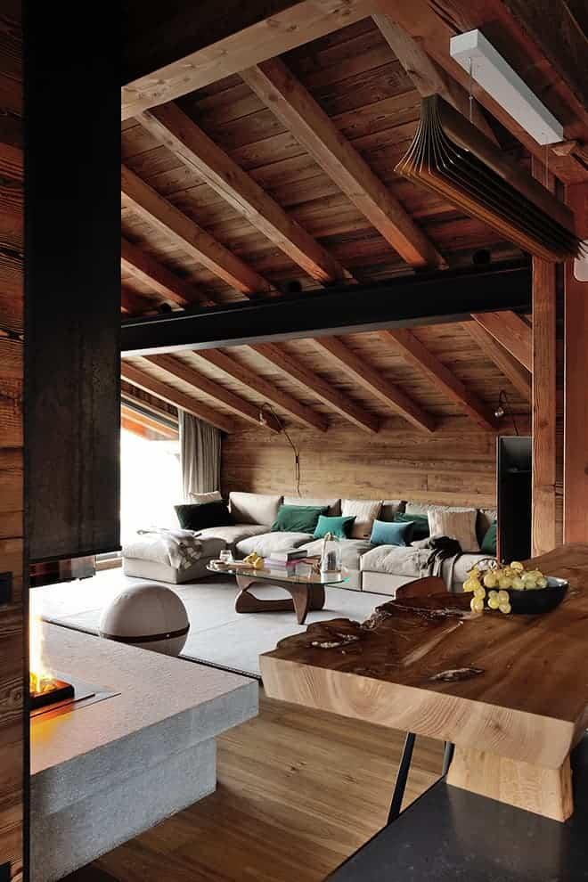 Salon modernisé par la poutre en métal traversante. Canapé sur-mesure. Table basse (Vitra)