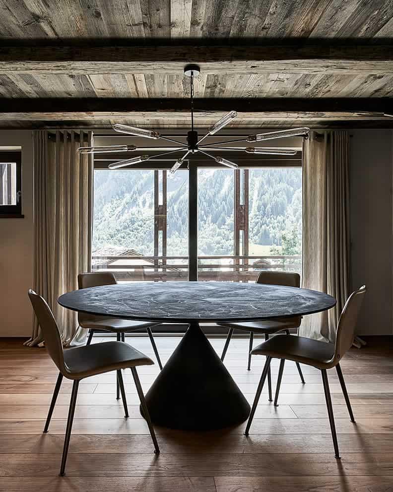 Table (Desalto). Chaises (Kff Design). Suspension (Renzo Serafini)