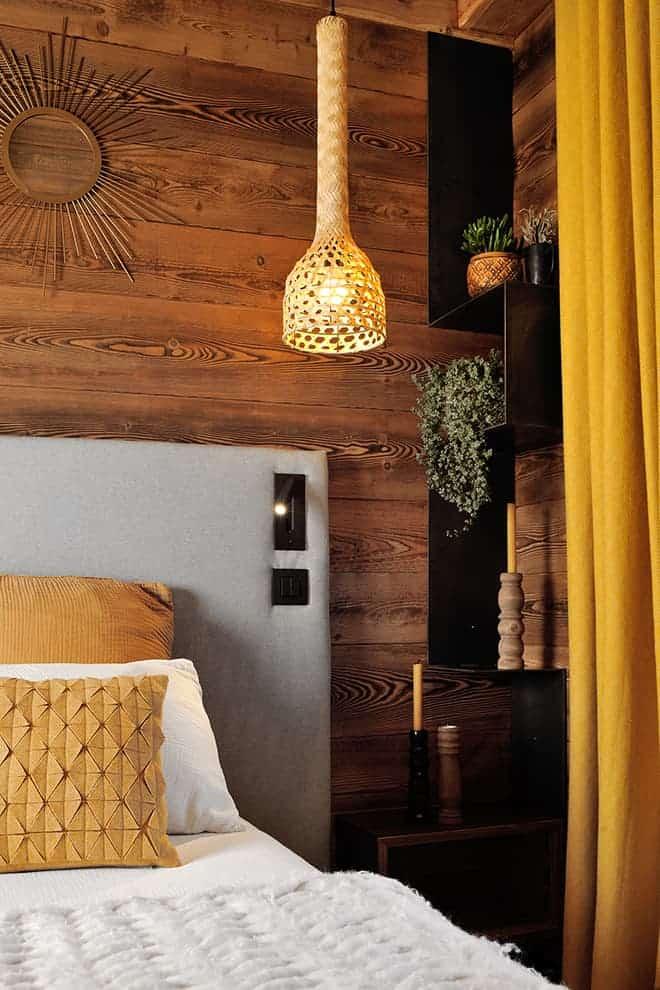 Tête de lit en flanelle. Liseuse (Astro Lighting). Rideaux (Pierre Frey)