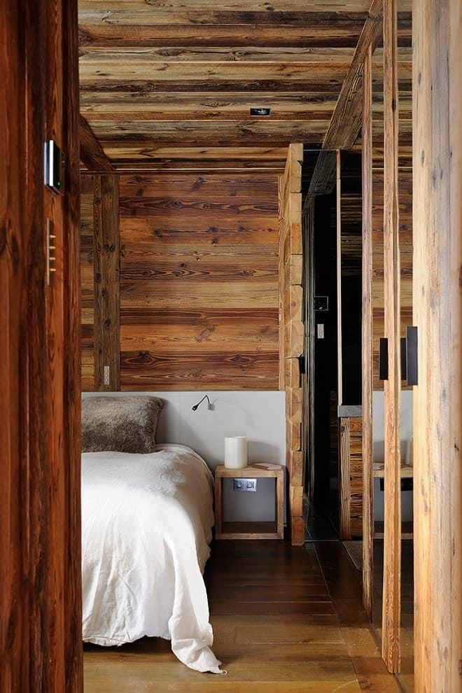 Chambre invitée tapissée de vieux bois