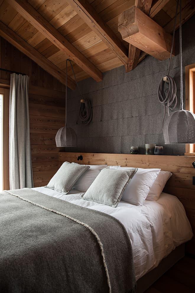 Chambre sous rampant, en laine des tuiles feutrées (Arpin Megève) aux suspensions (Llott Love). Liseuses (Astro Lighing)