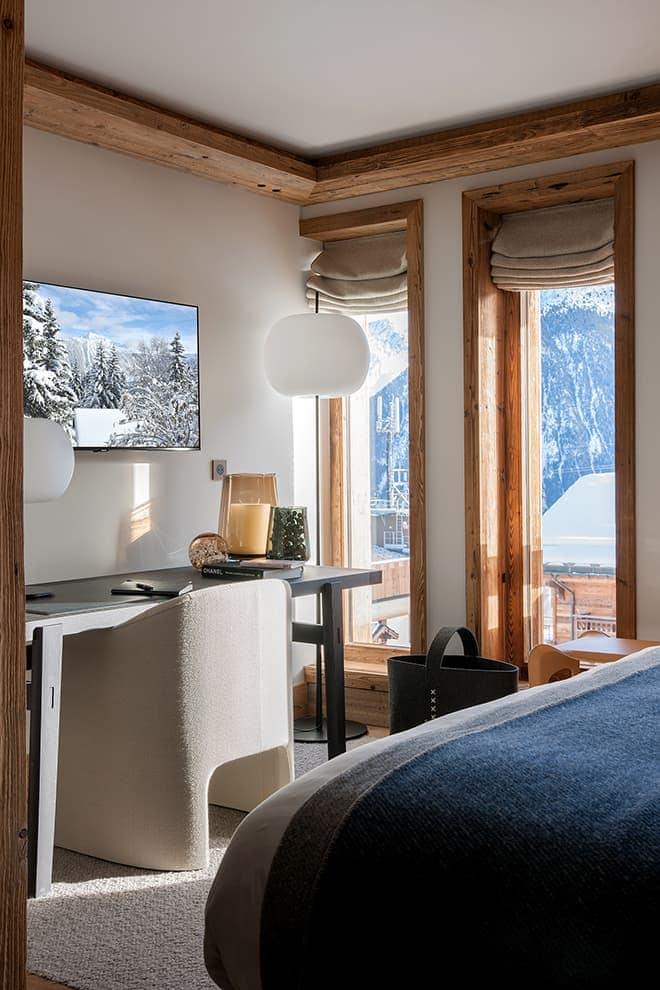 Chaque suite bénéficie de son bureau (Poliform) et de sa salle de bains. Fauteuil (&Tradition) Lampes (Kundalini)