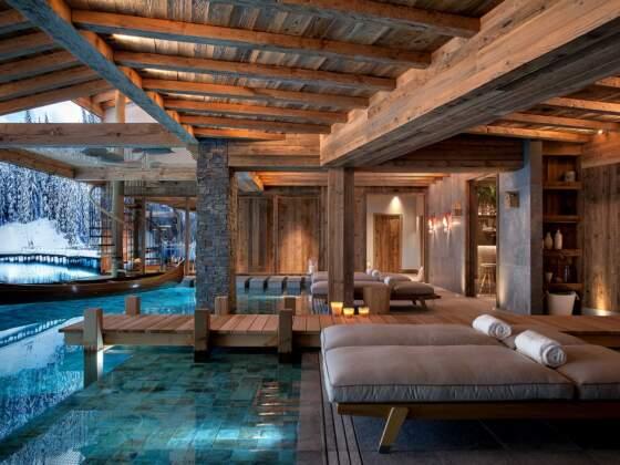 Clou du spectacle, l'espace wellness imaginé comme un lac, avec son ponton et sa cabane filet suspendue. Mosaïque (ZYX by Colorker)