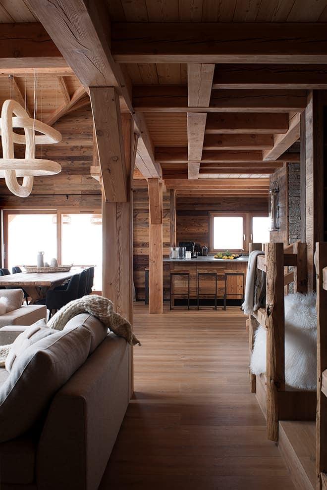 Connectés le salon, la salle à manger et la cuisine offrent un bel espace réception