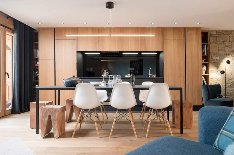 Élément central, la cuisine (Veneta Cucine), imaginée comme une bibliothèque, en noyer