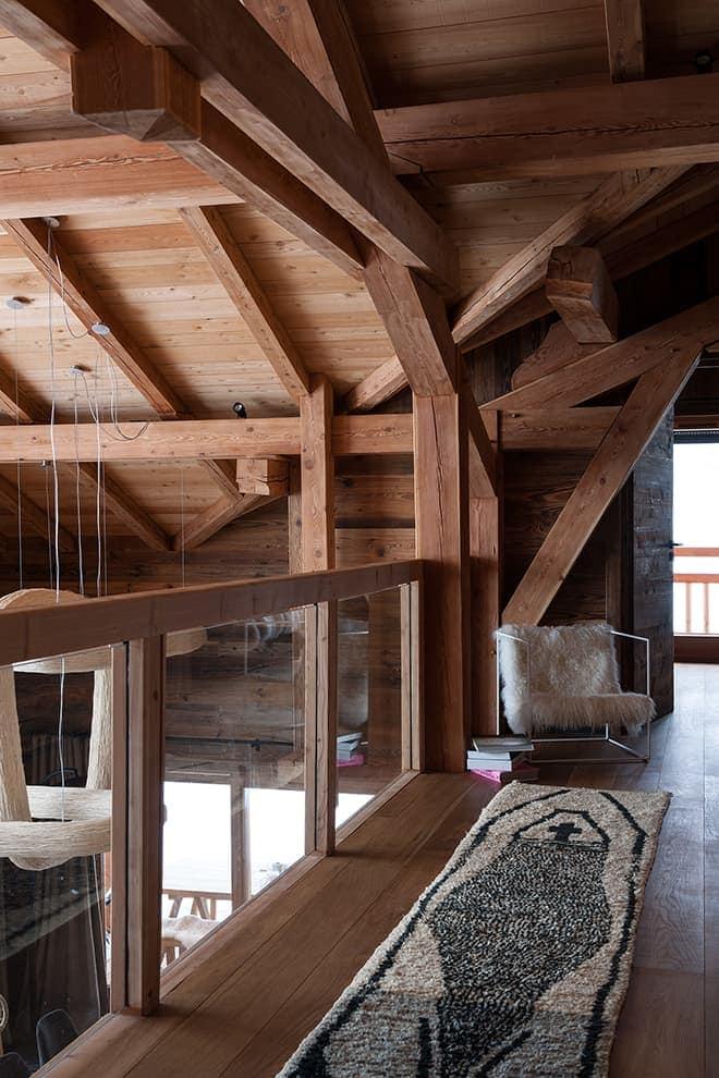 L'étage s'ouvre sur la vue et la salle à manger via le garde corps en verre
