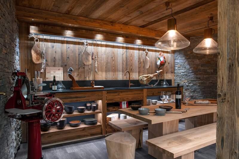 Point final de cet espace wellness, la salle raclette, ses trésors et sa bonhommie. Suspensions (Brokis). Vaisselle (Jars)