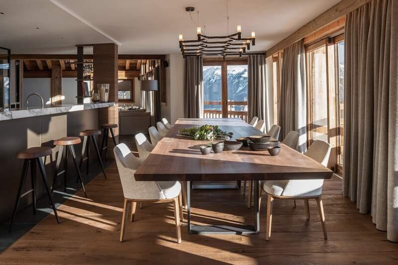 Salle à manger conviviale. Table (Riva 1920). Chaises, tabourets (Poliform-RBC). Chandelier (Nemo Lighting). Céramiques (Jars). Rideaux (Arpin)