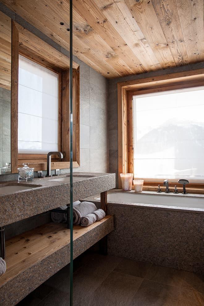 Salle de bains d'une des chambres, en pierre et bois
