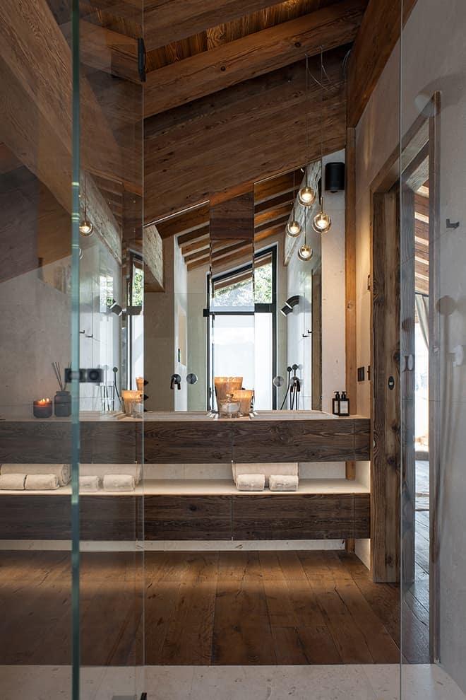Salle de bains de la suite parentale, traversante. Suspensions (Bocci)