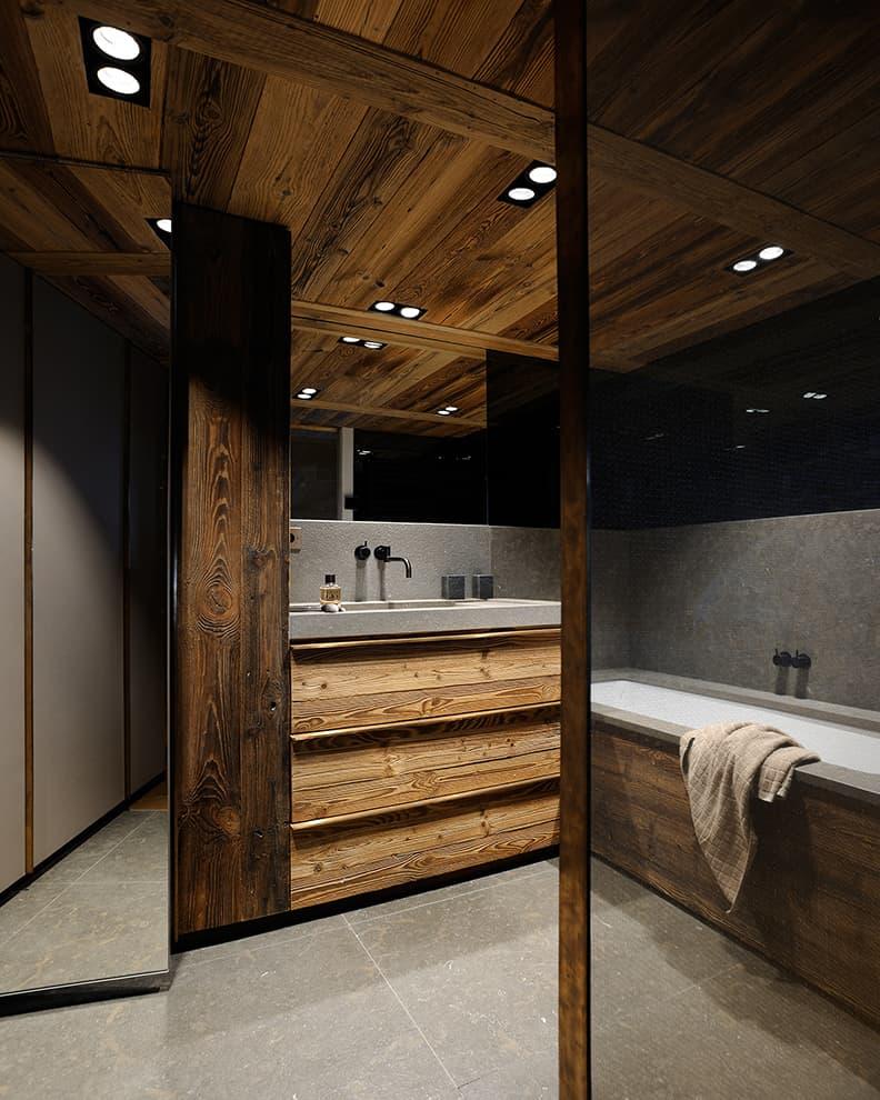 Salle de bains réalisée sur-mesure, située sous la mezzanine