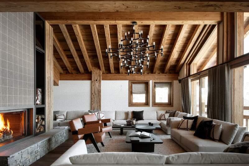 Salon cosy blotti entre la vue et la cheminée habillée de laine tendue (Arpin par L'Atelier des Frères). Ensemble mobilier (Poliform-RBC). Suspension (Nemo Lighting)
