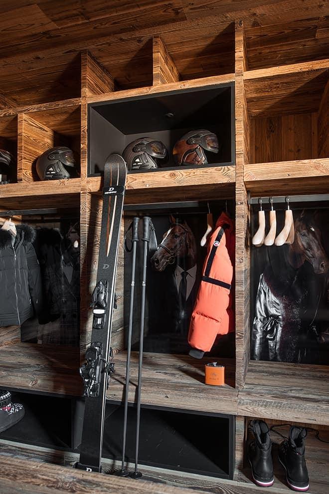 Skiroom reprenant dans les niches les chevaux préférés des propriétaires. Équipement de ski et casques (Dénériaz)