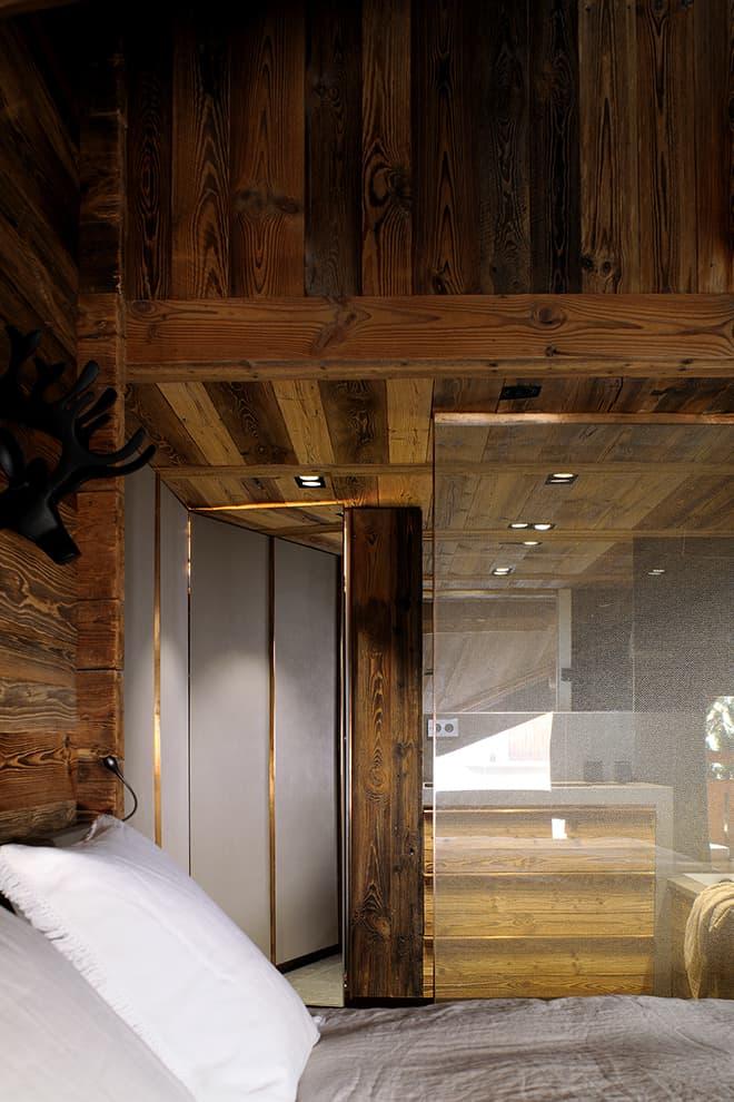 Suite parentale reliée à la salle de bains par une cloison en verre insérant une maille métallique (Dedar)