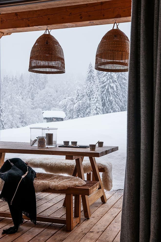 Terrasse de plain-pied. Table pique-nique (Maison&Objet) et suspensions rotin (Ikéa)
