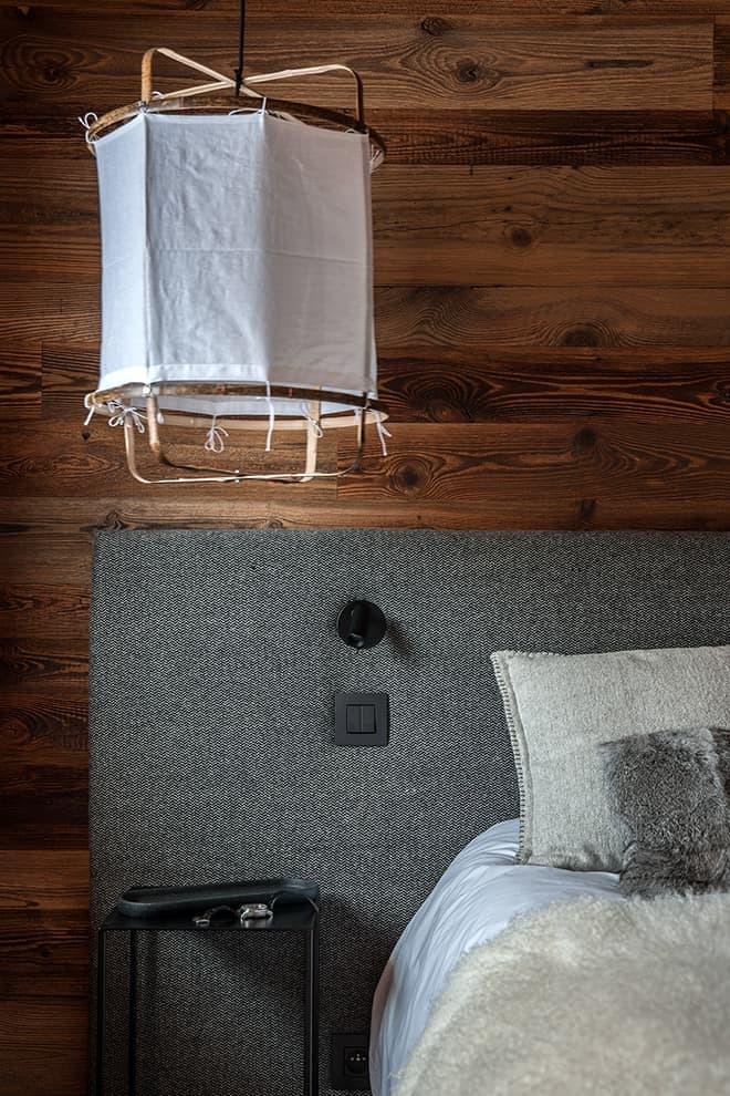 Tête de lit en laine (Arpin Megève). Suspension (AYTM). Liseuses (Astro Lighing)