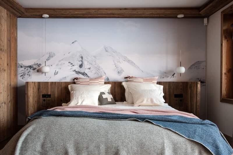 Une des sept chambres, avec toile tendue panoramique et tête de lit en vieux bois. Suspensions (Kundalini)