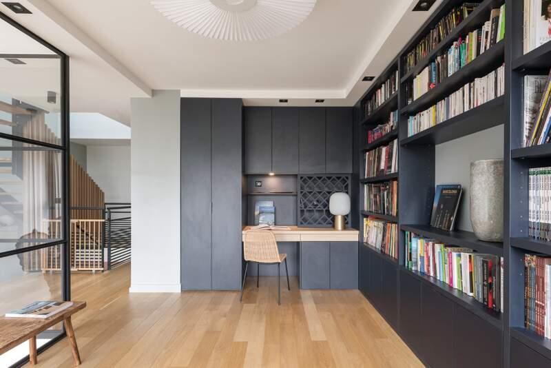 À l'étage, la verrière a permis de récupérer un maxium de lumière et de créer un coin bibliothèque:bureau. Suspension (Hartô)