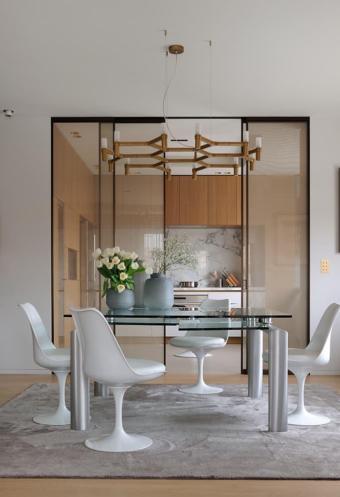 Boîte dans la boîte, la cuisine marquée par les portes coulissantes, en verre et mailles métalliques (Albed)