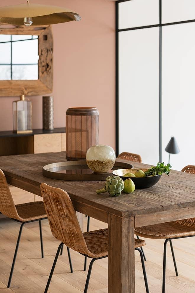 Dans un pur esprit vacances, la salle à manger joue sur le bois et le rotin. Table dénichée dans le garage de la famille. Chaises (House Doctor). Suspension (Gervasoni)