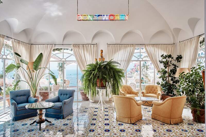 Hôtel Le Sirenuse – Don't Worry Bar. Suspension de l'artiste Martin Creed