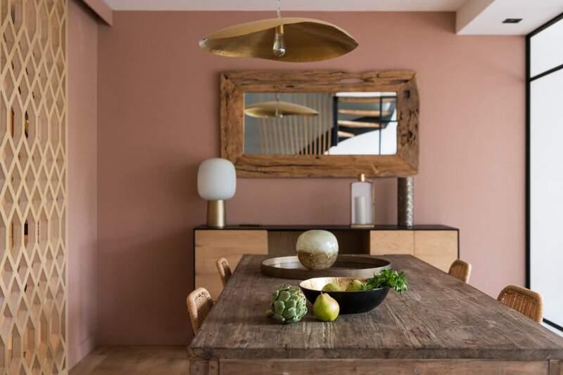 Ici, le rose turc (Argile Peintures), enrobe l'espace salle à manger et capte la lumière naturelle