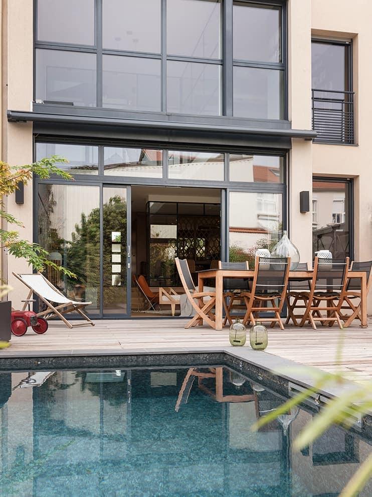 L'espace intérieur, repensé, renoue avec la terrasse rénovée pour l'occasion, avec l'intégration d'une piscine