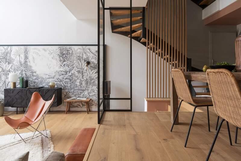 L'espace salle à manger trouve enfin sa place via la verrière d'angle et lié aux pièces de jour par la décoration