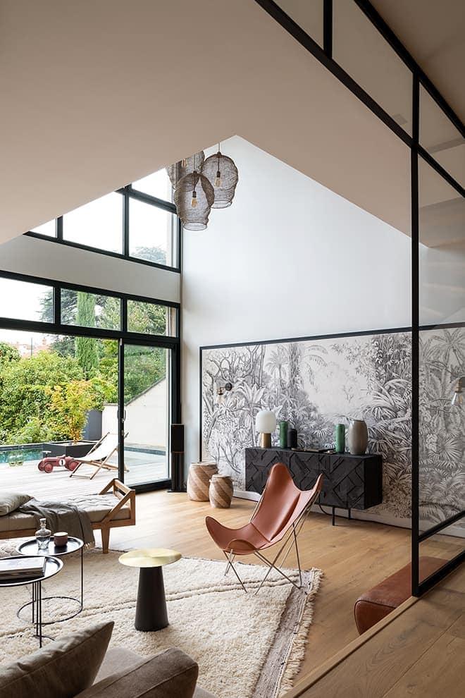 La décoration qualifie les espaces et le flux de circulation. Suspension (Light & Living). Parquet (Quick-Step)
