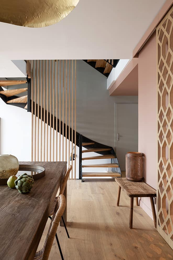 Le claustra change la dimension de l'escalier et relie les niveaux, souligné par la teinte grey (Farrow&Ball)