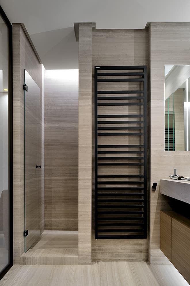 Salle de bains parentale revêtue de marbre Silk Georgette